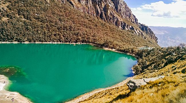 Beautiful turquoise on a guided hike from Huaraz, Peru