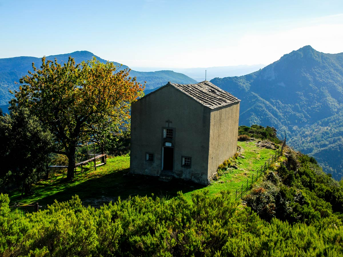 Mare e Mare Norte trek passes through several beautiful farmhouses along the trail