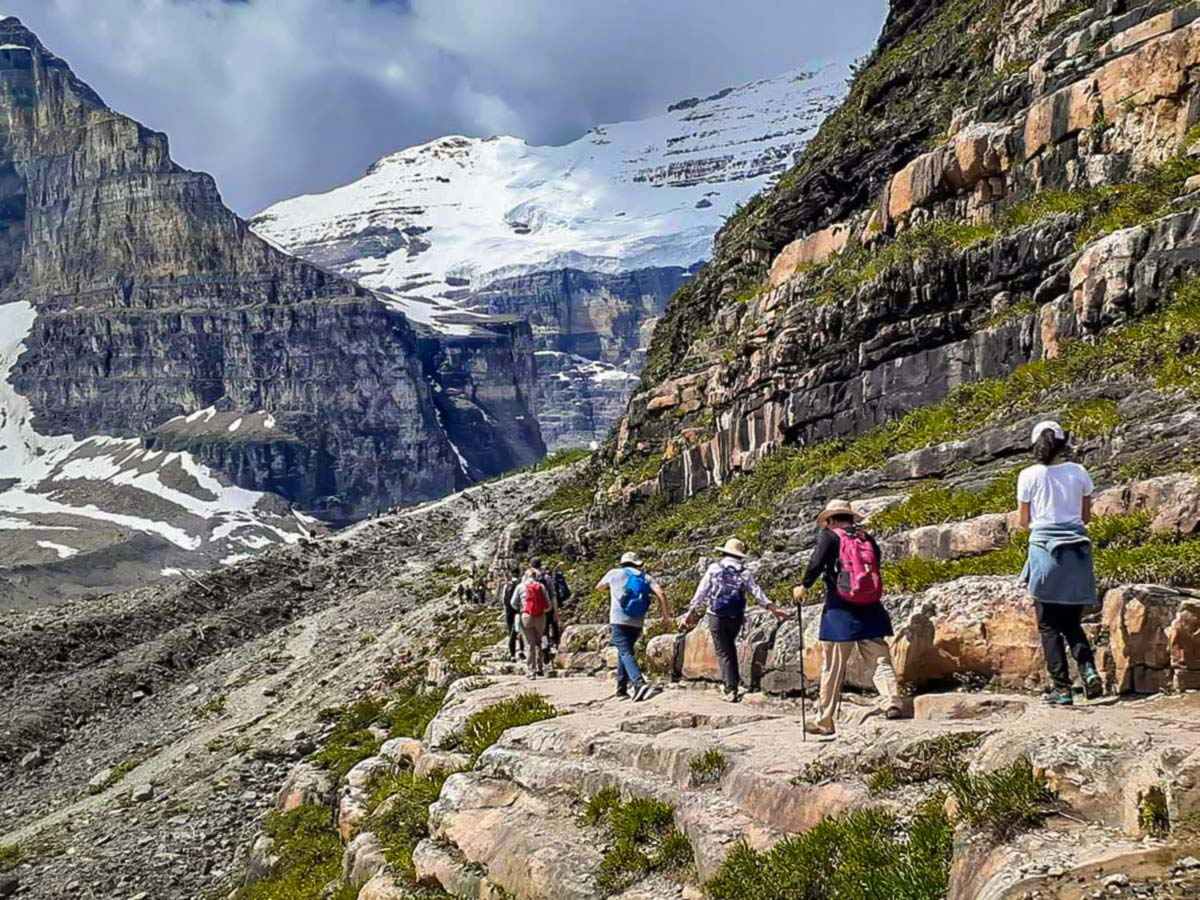 Group of hikers in the valley of 6 plains, surrounded by glaciers
