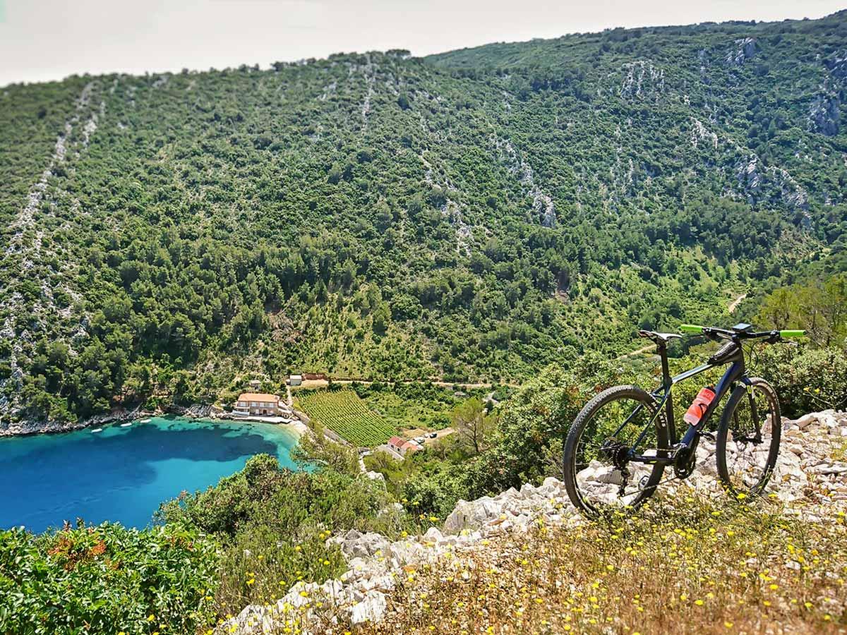Turqouise lake and the mountain bike, on a Mountain Biking Tour in Croatian Islands