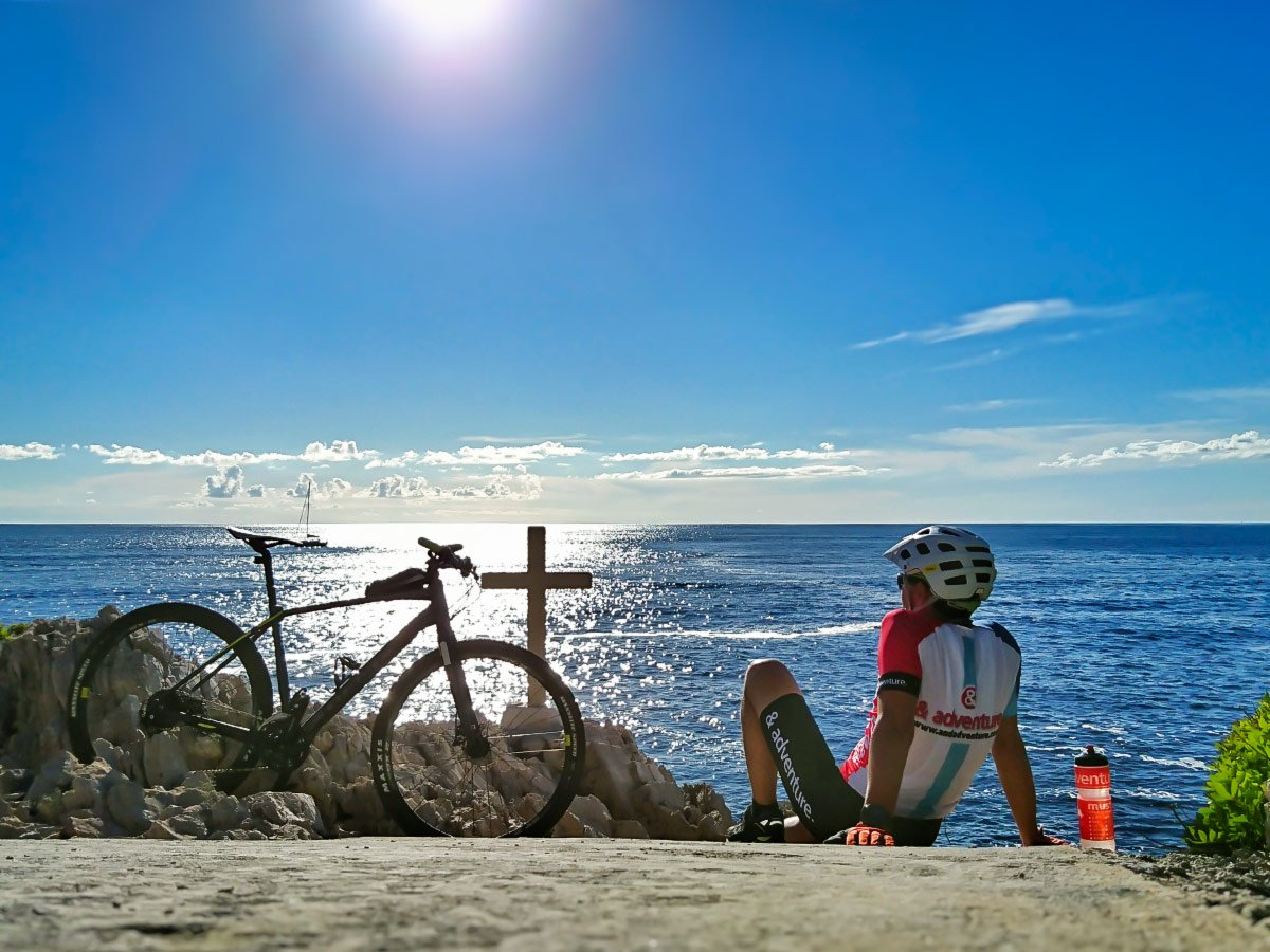 Resting time on a guided mountain biking tour in Croatian Islands