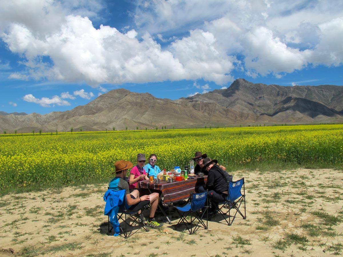 Picnic along Tibet bike tour