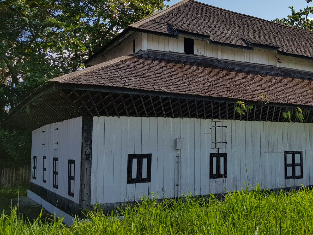 Building house market exterior along Malasia Headhunters Heartland bike tour
