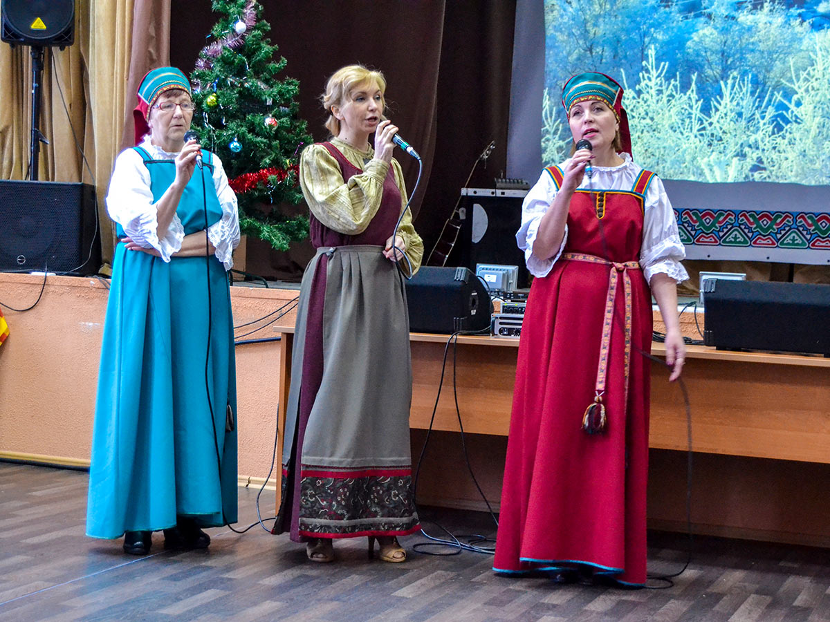 3 women wearing traditional karelian clothes